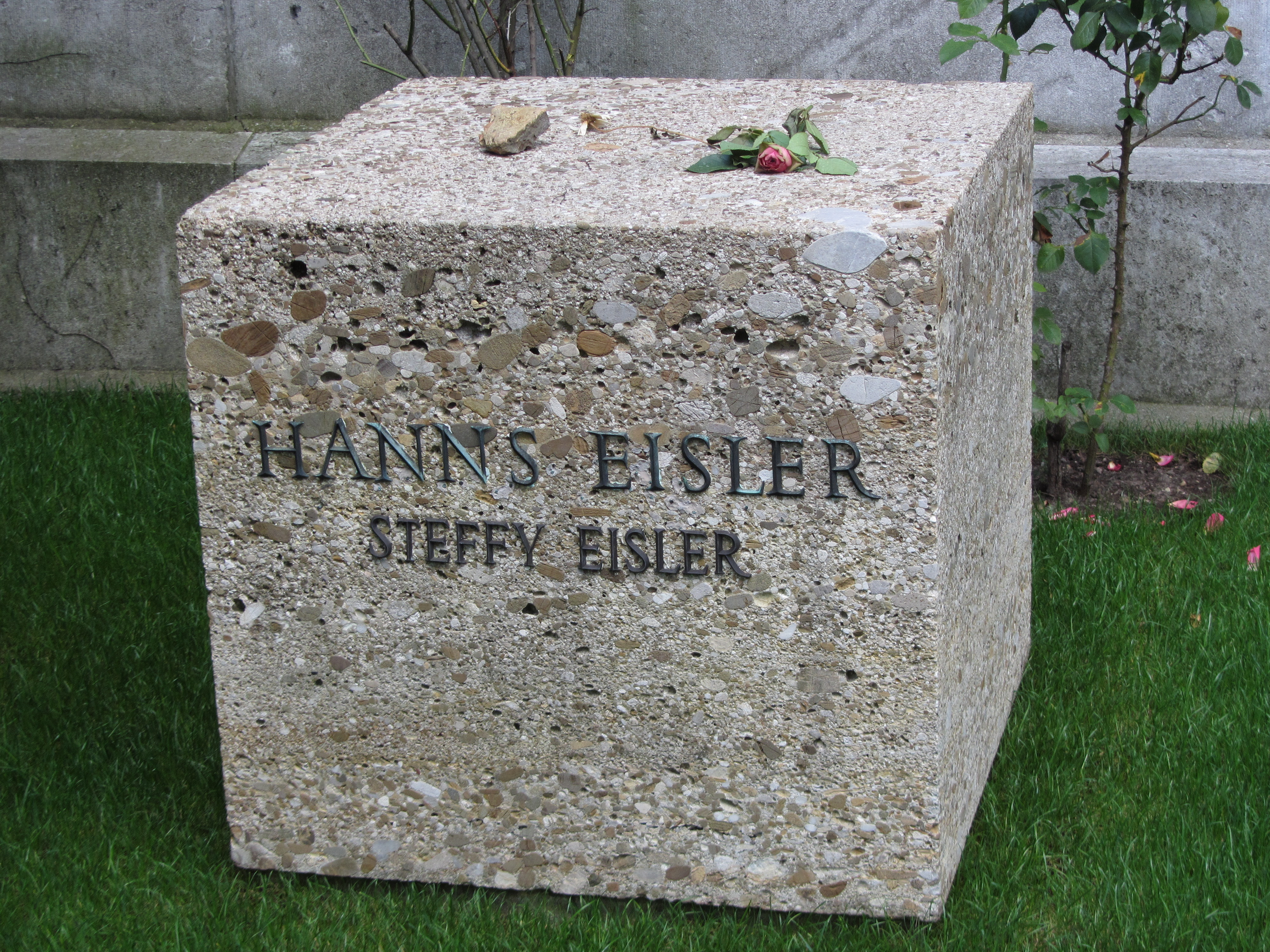 Tumba de Hanns Eisler en el cementerio de Dorotheenstadt en Berlín.