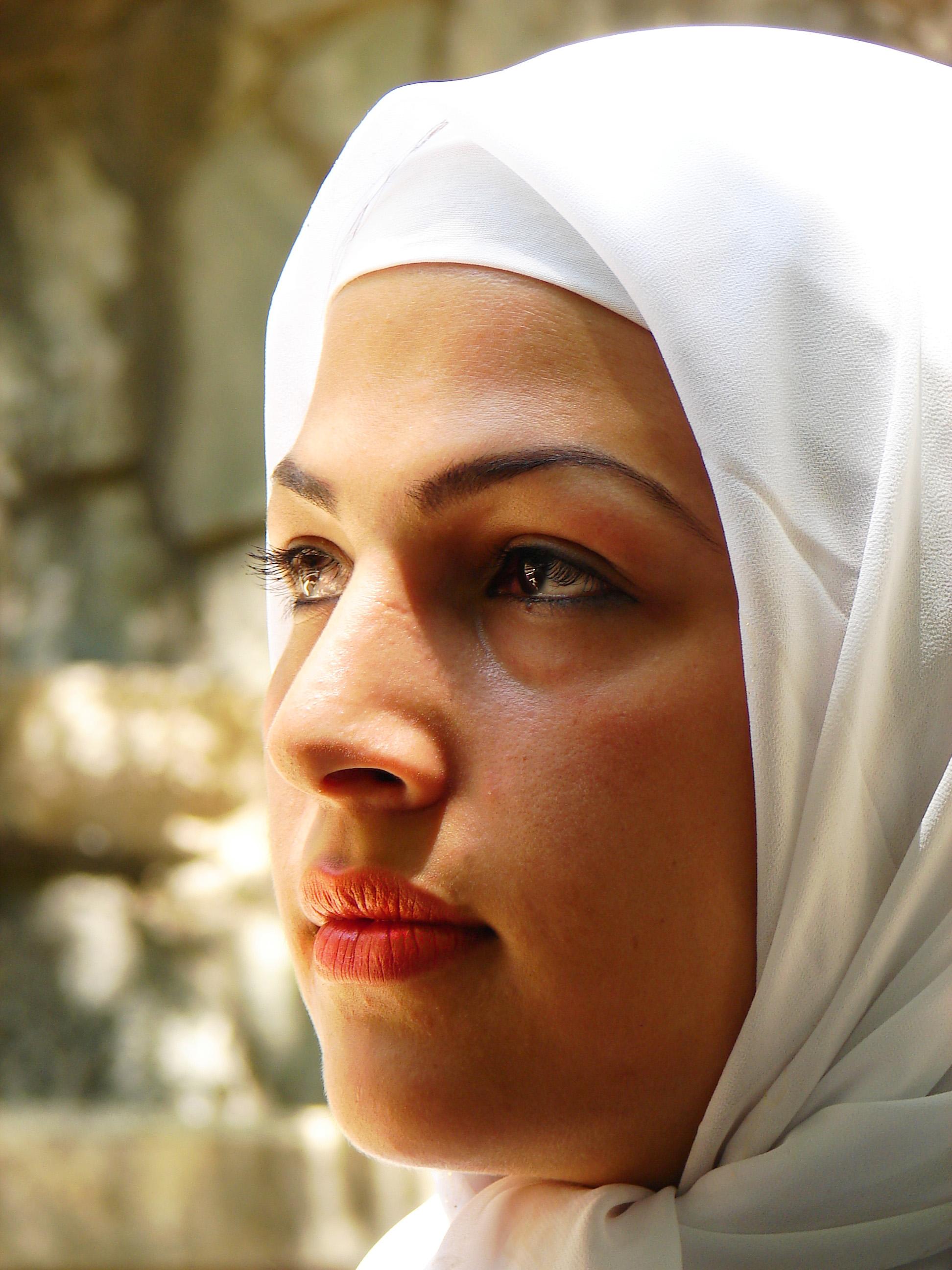 File:Iranian women - white scarf.jpg