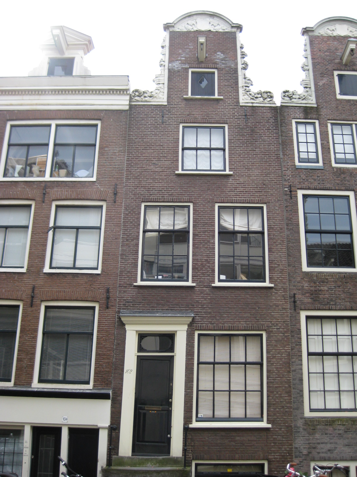 Huis met herbouwde gevel onder de oude hals in amsterdam monument - Huis gevel ...
