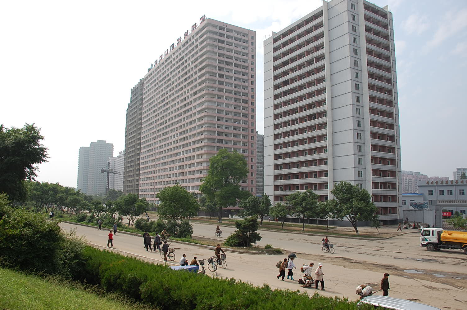 Description north korea pyongyang buildings and passengers 01 jpg