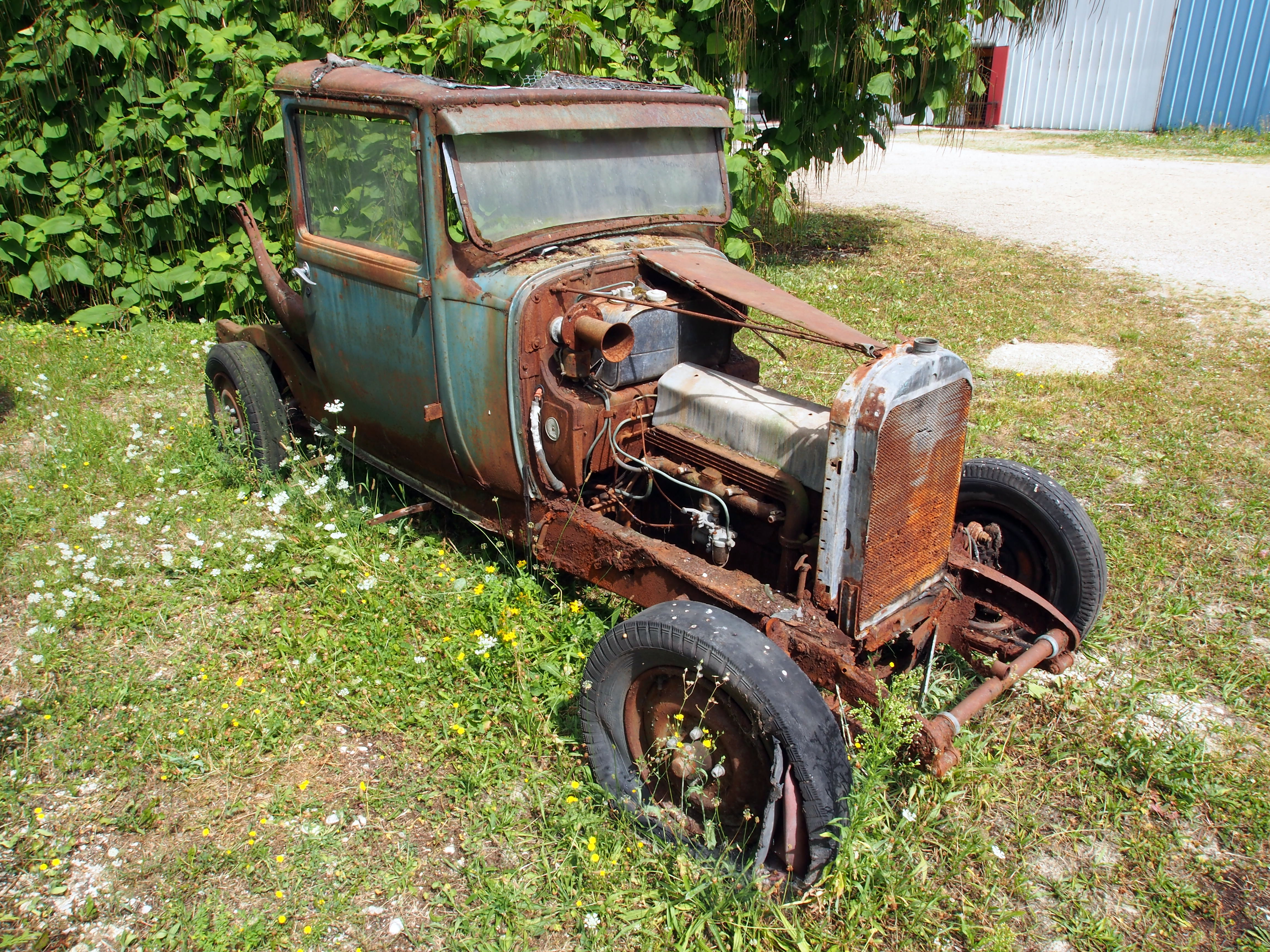 File:Old vehicle at the yard of the Automobile museum Reims pic4.JPG ...