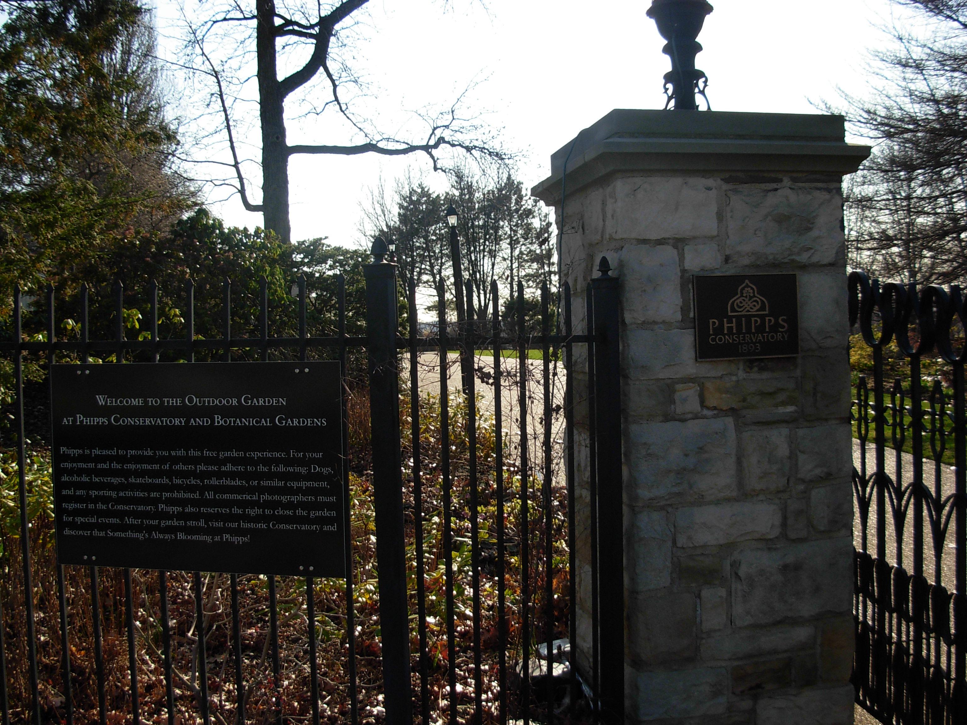 Archivo:Phipps conservatory outdoor gardens gate JPG