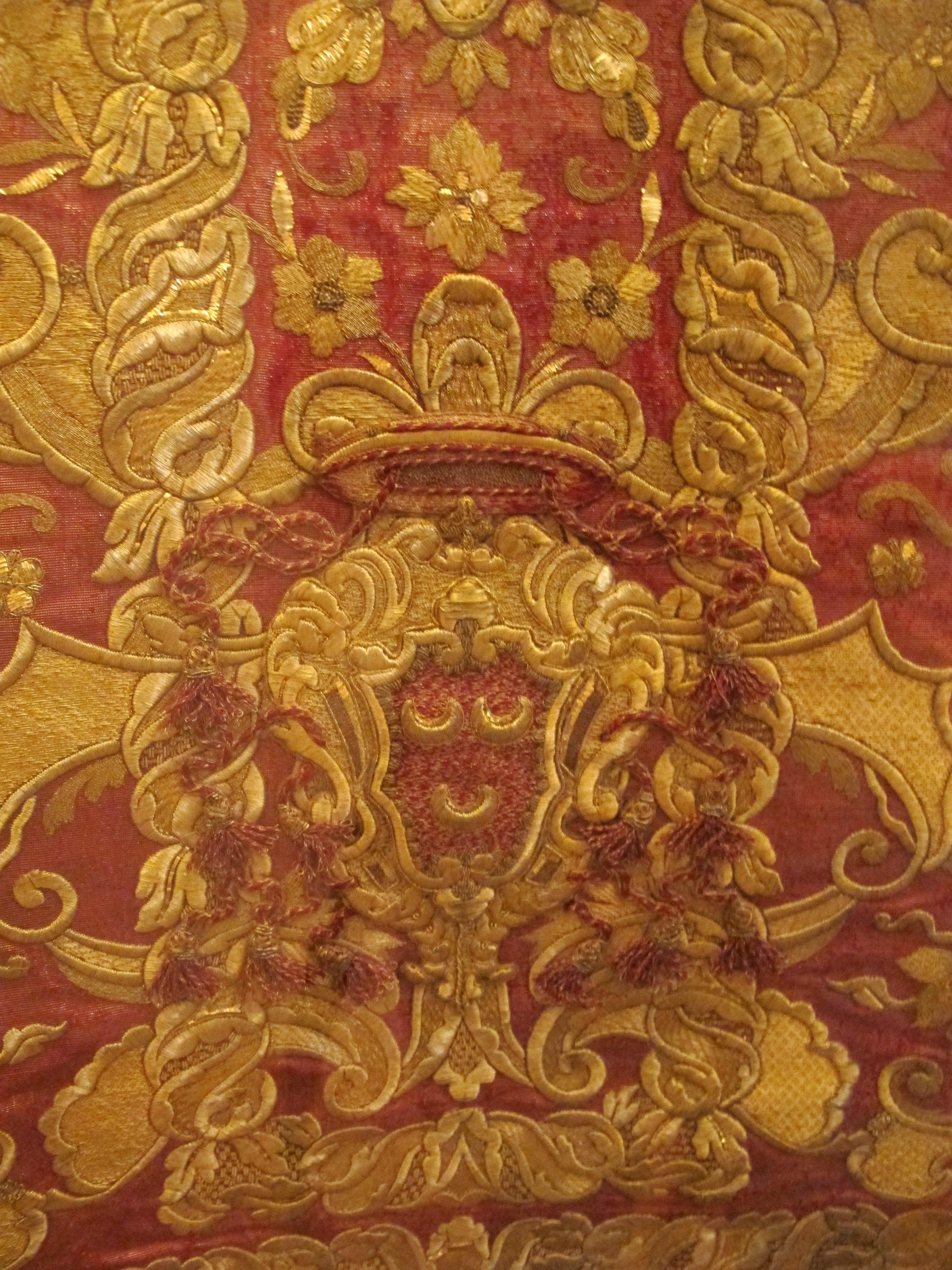 File:Pianeta rossa con stemma cardinale marcello cerscenzi, in gros de tours laminato, ricamato ...