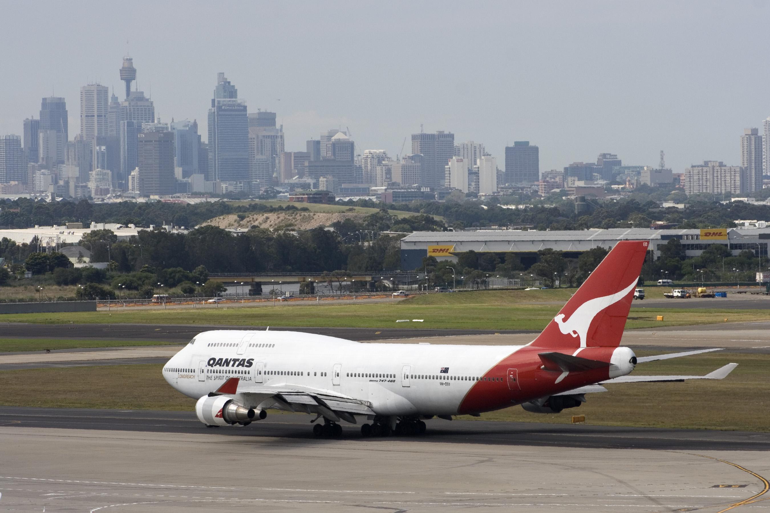 File:Qantas Boeing 747-400 at Sydney airport.jpg