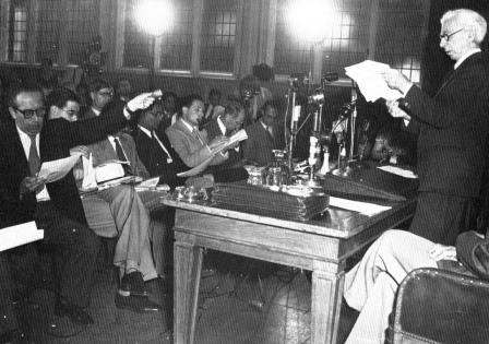 Рассел оглашает Манифест Рассела— Эйнштейна. Лондон, 9 июля 1955 года
