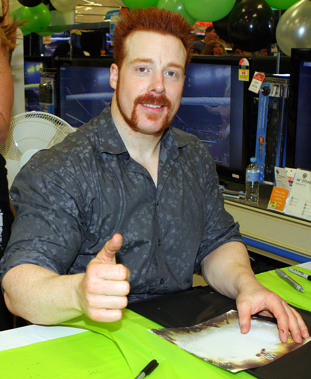 The 39-year old son of father Martin Farrelly and mother(?), 198 cm tall Sheamus in 2017 photo
