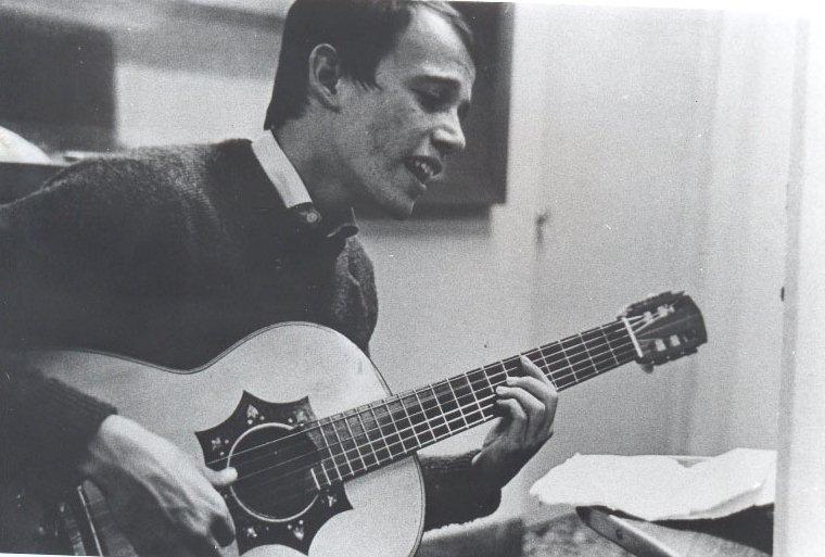 Fotografía del cantautor para la revista Cuba, en 1968.