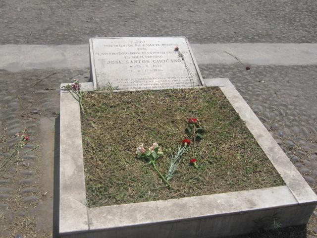 Tumba de Jose Santo Chocano, enterrado de pie y en un metro cuadrado de superficie (tal como lo había pedido en un poema) en el Cementerio Presbítero Maestro.