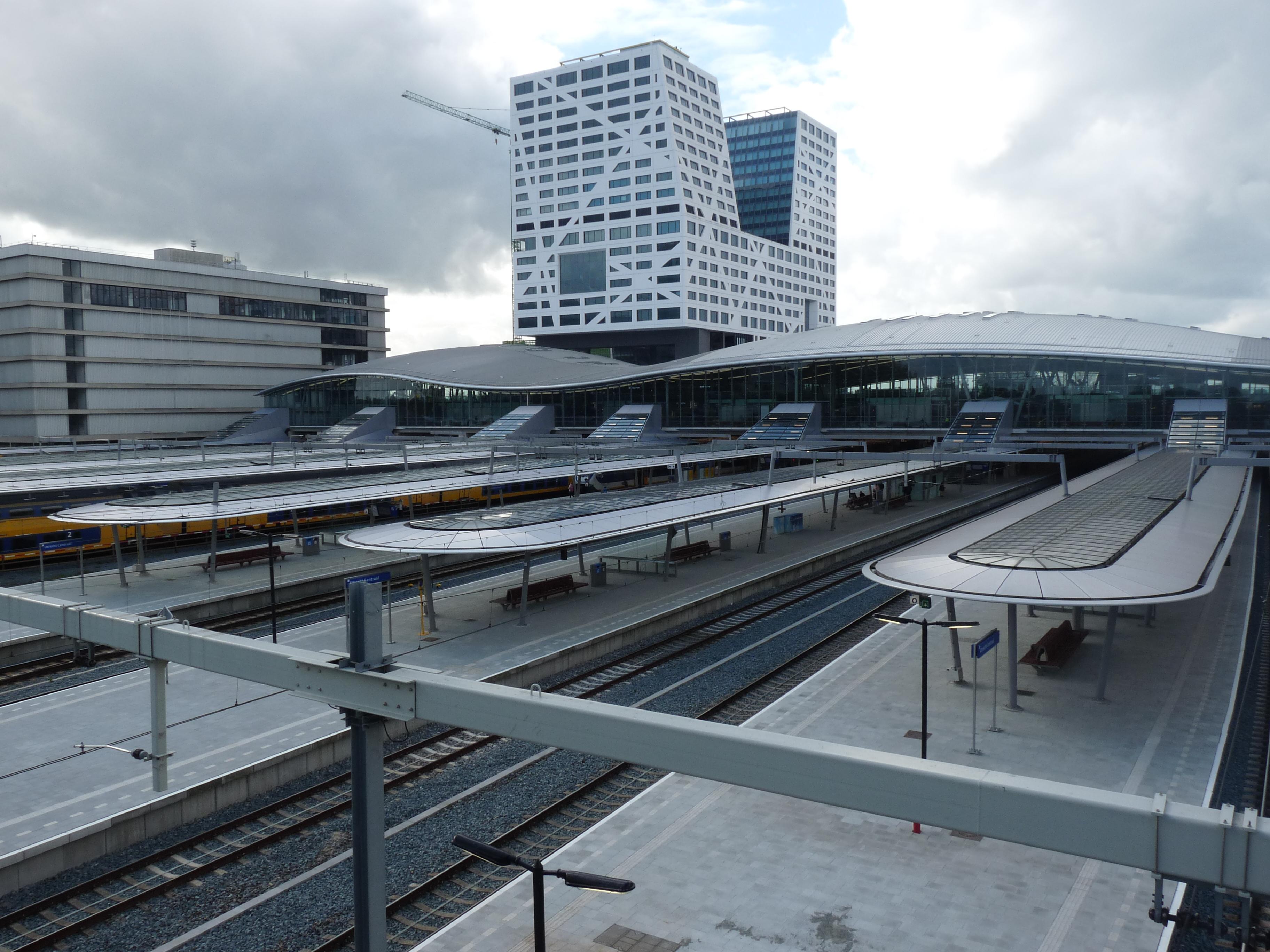 Utrecht Centraal station vanaf voetgangersbrug 2017 1.jpg