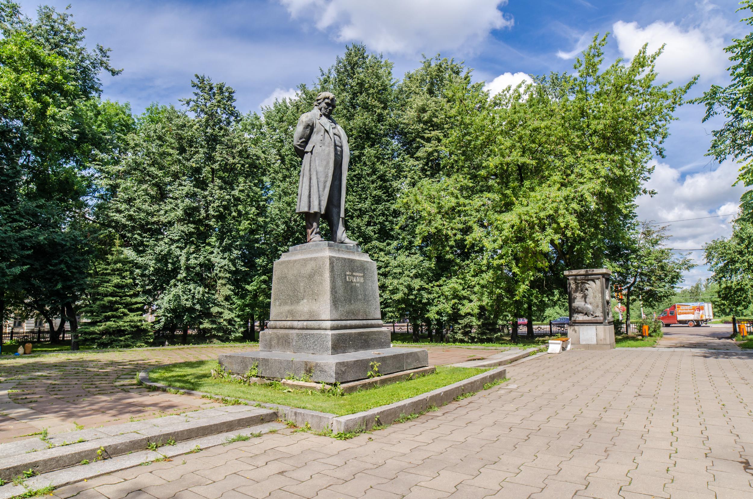 Фото памятника крылову в твери
