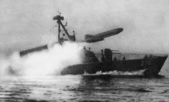Corbeta Komar disparando un misil P-15 Termit (SS-N-2 Styx).