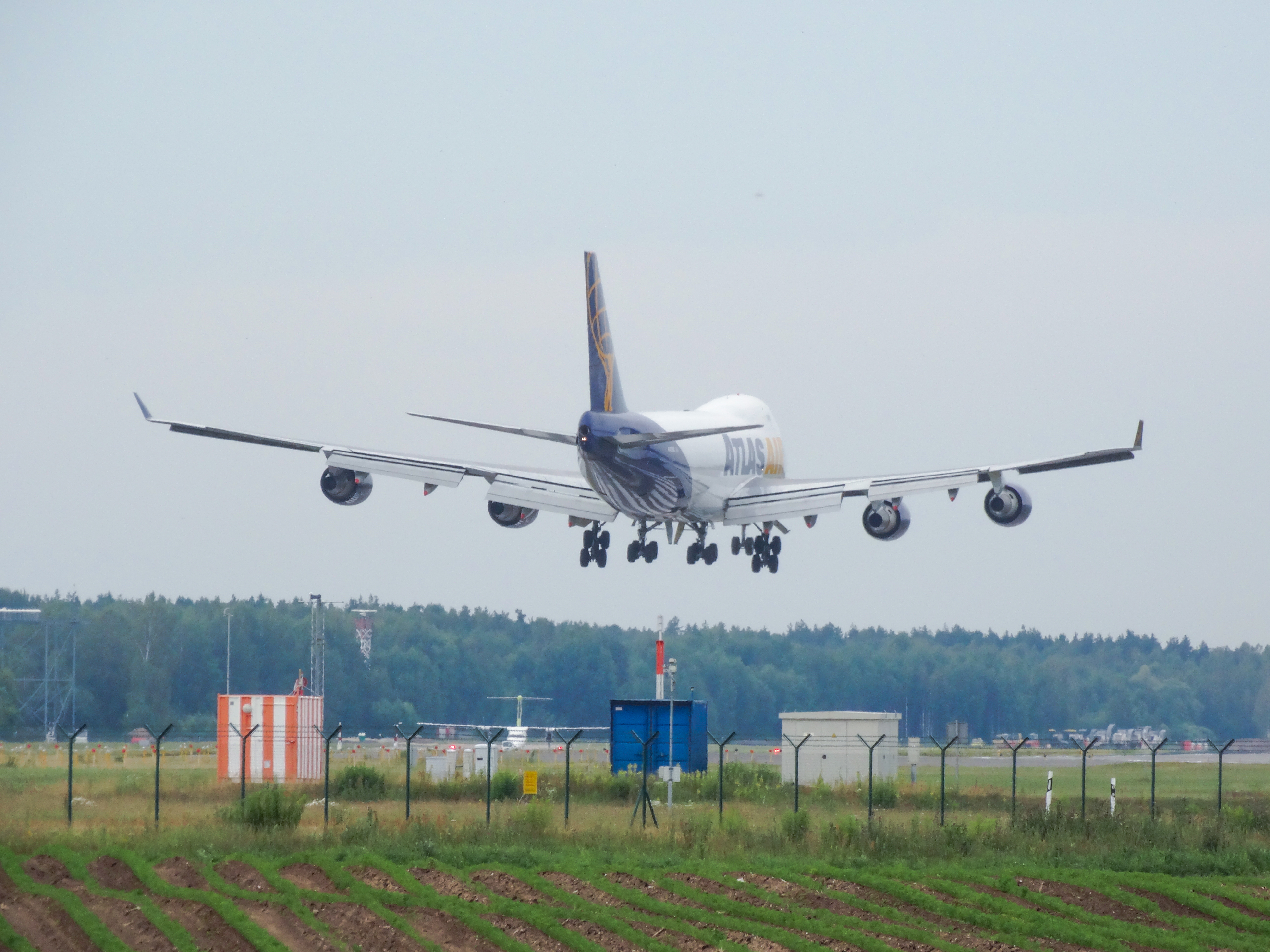 file atlas air boeing 747 400 landing in riga airport 14885994065 rh commons wikimedia org Inside Delta Boeing 747-400 747 Jet Landing