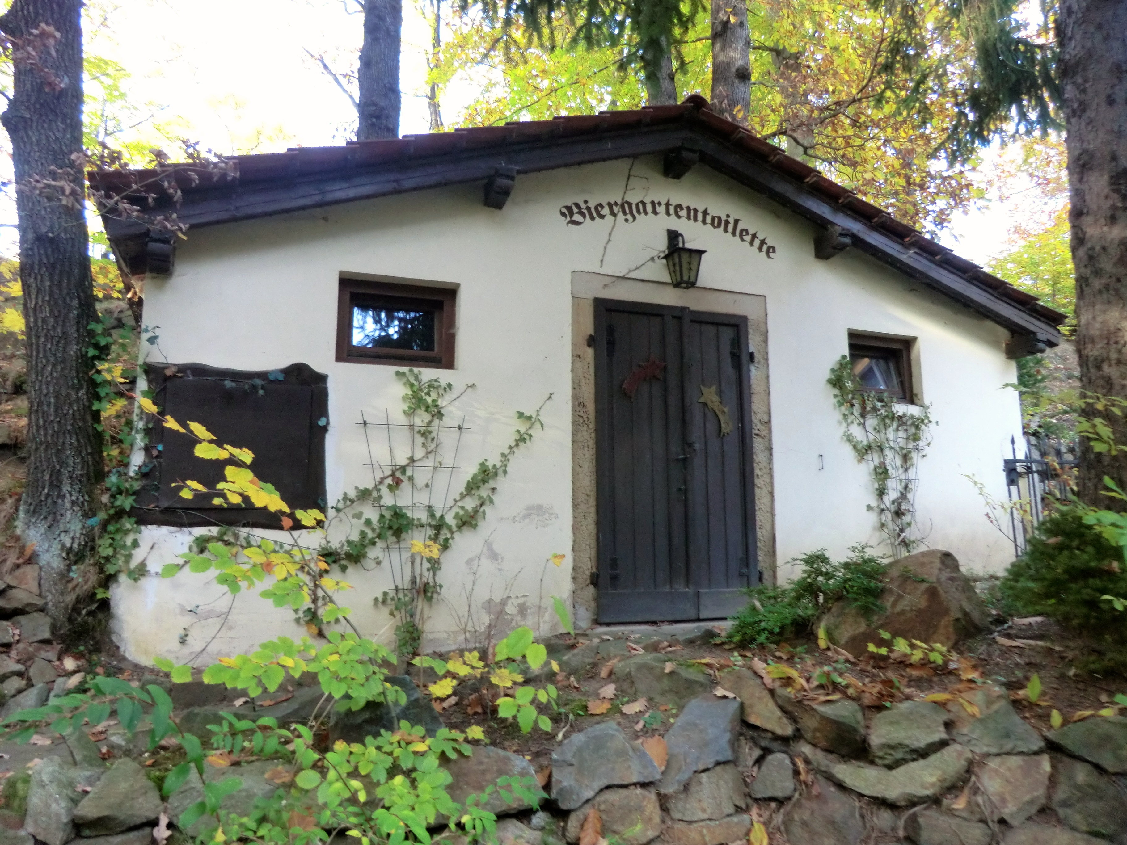 File:Biergartentoilette Wachbergschänke Wachwitz.jpg - Wikimedia Commons