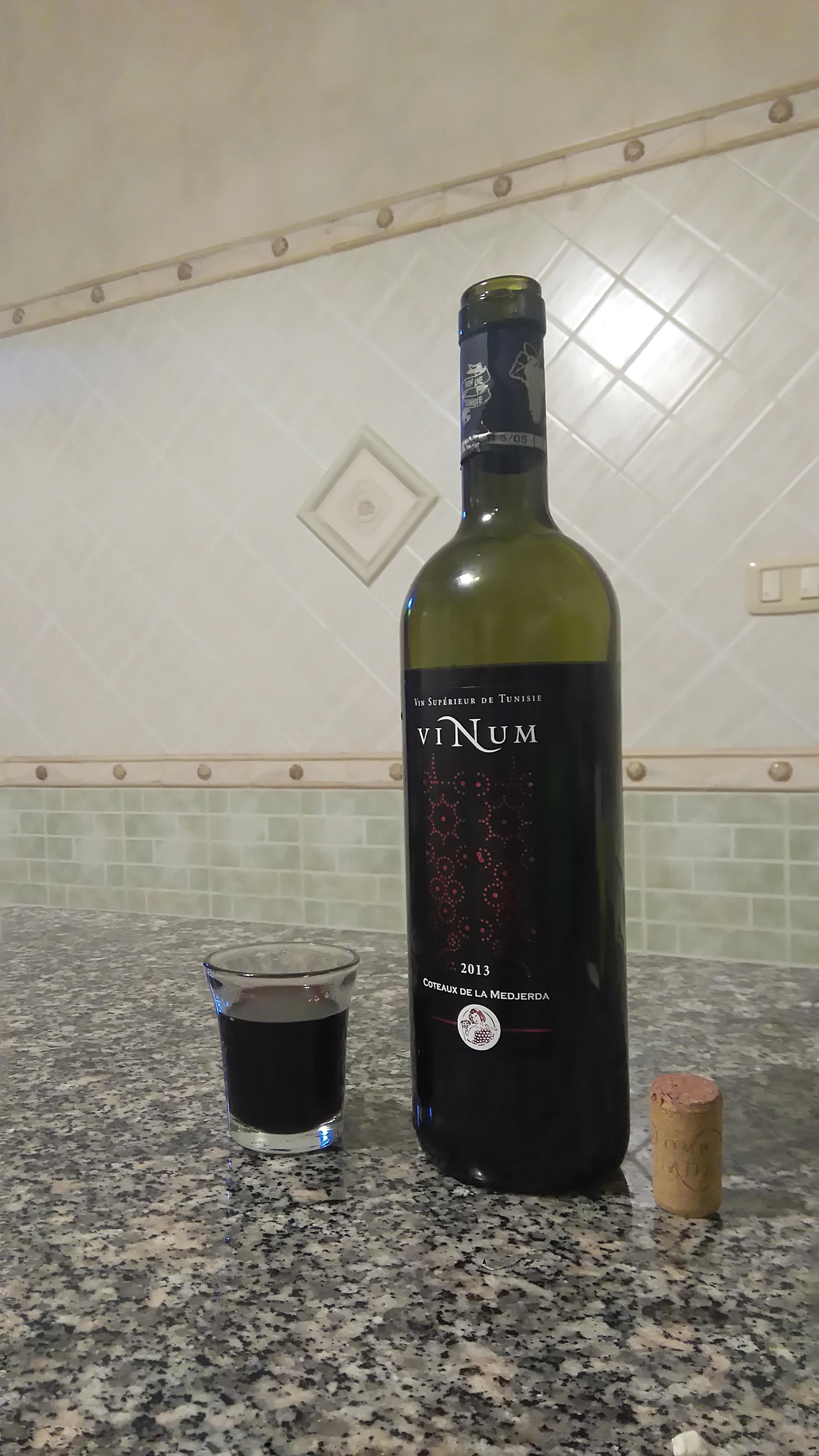 file bouteille de vinum vin rouge de tunisie mars 2017. Black Bedroom Furniture Sets. Home Design Ideas
