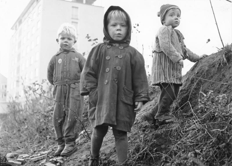 File:Bundesarchiv B 145 Bild-F002325-0003, Köln, Flüchtlingskinder in Neubausiedlung.jpg