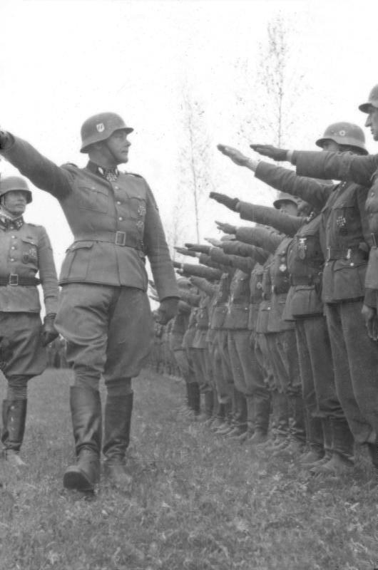 http://upload.wikimedia.org/wikipedia/commons/3/3f/Bundesarchiv_Bild_101III-Hoffmann-04-23,_Waffen-SS-Div._%22Das_Reich%22,_Russland.jpg