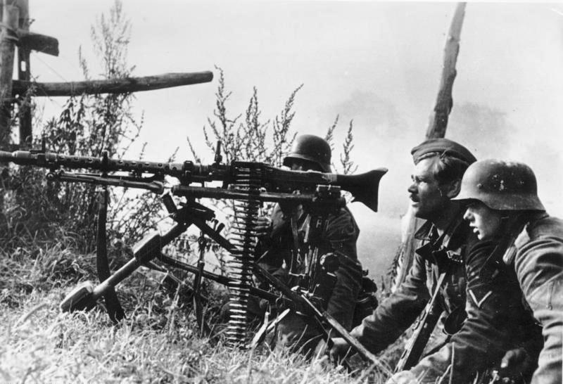 https://upload.wikimedia.org/wikipedia/commons/3/3f/Bundesarchiv_Bild_183-B21964%2C_Russlandfeld%2C_Soldaten_mit_MG.jpg