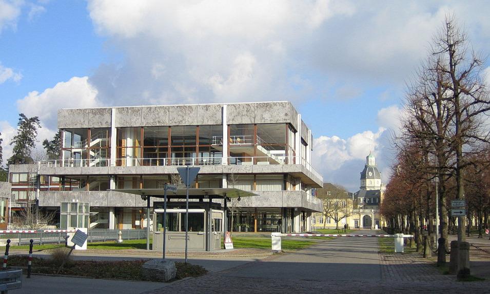 Das Bundesverfassungsgericht in Karlsruhe. (Quelle: Wikimedia Commons, unter gemeinfreier Lizenz)