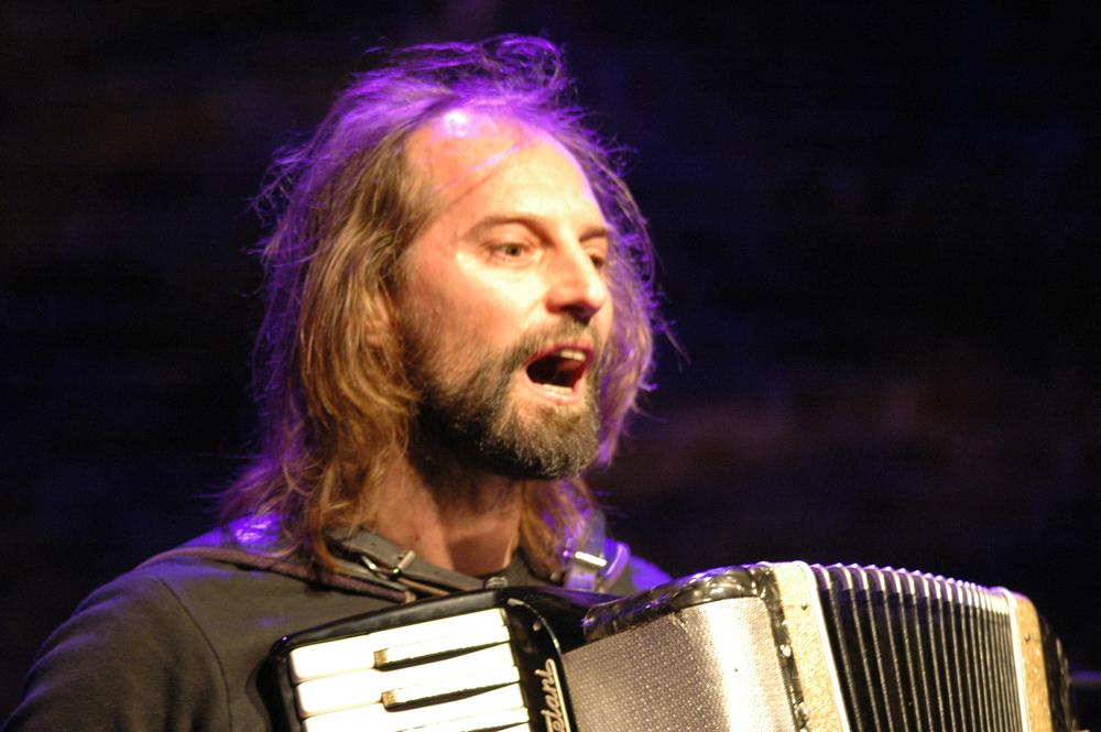 Chango Spasiuk en un concierto en Varsovia, Polonia en 2009.
