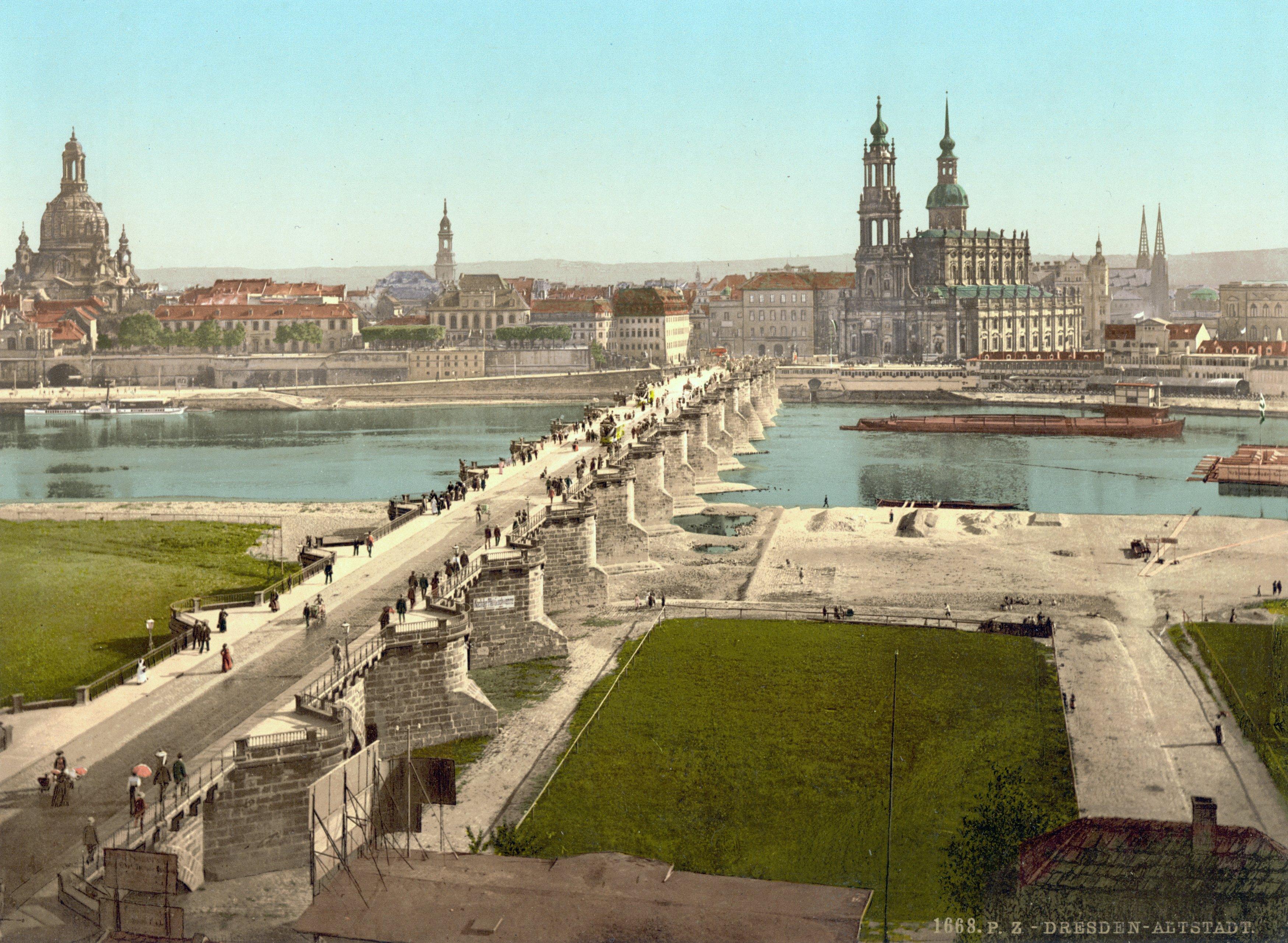 https://upload.wikimedia.org/wikipedia/commons/3/3f/Dresden_Augustusbr%C3%BCcke_Altstadt_1900.jpg