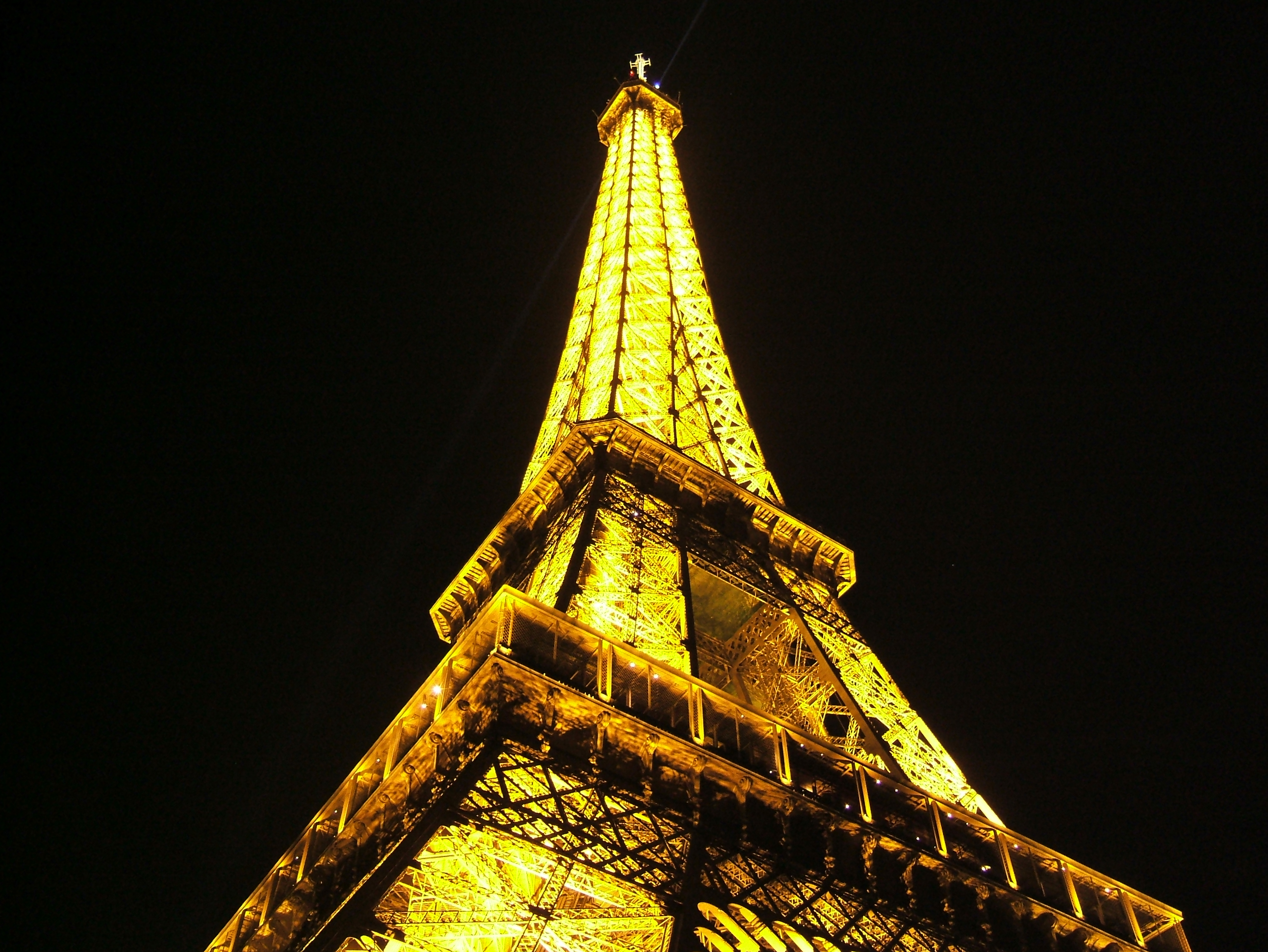 File eiffel tower at night from bellow 20051021 jpg wikimedia