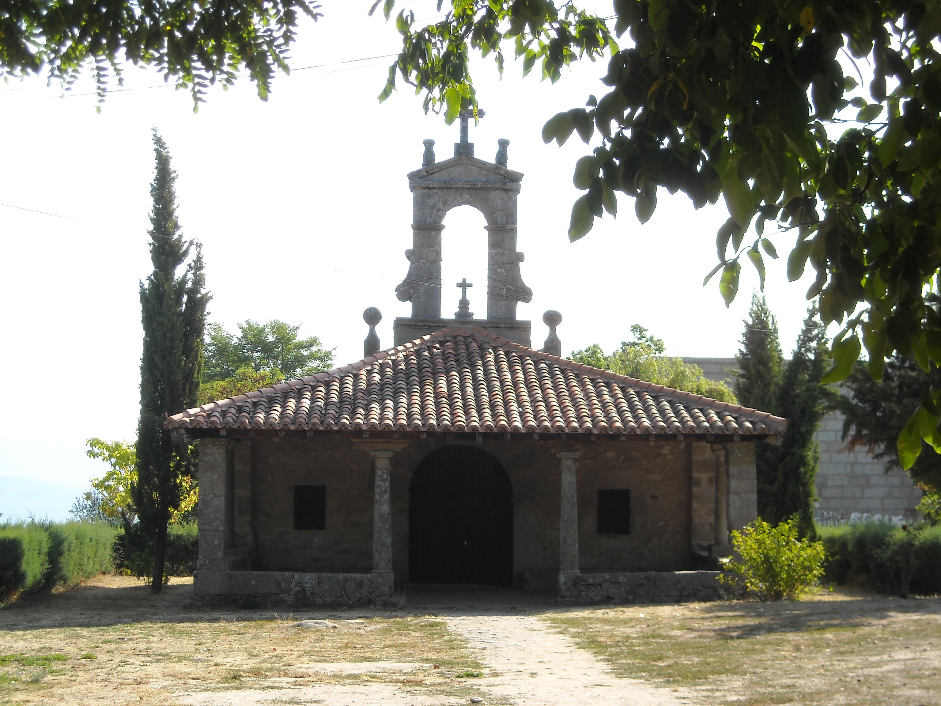 https://upload.wikimedia.org/wikipedia/commons/3/3f/Ermita_de_San_Blas%2C_La_Alberca.JPG