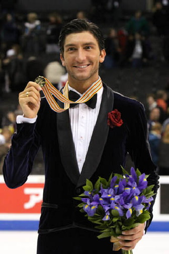 ファイル:Evan Lysacek Podium 2009 Worlds.jpg