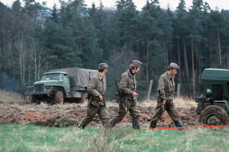 Grenztruppen der DDR auf Patrouille an der deutsch-deutschen-Grenze, 1979