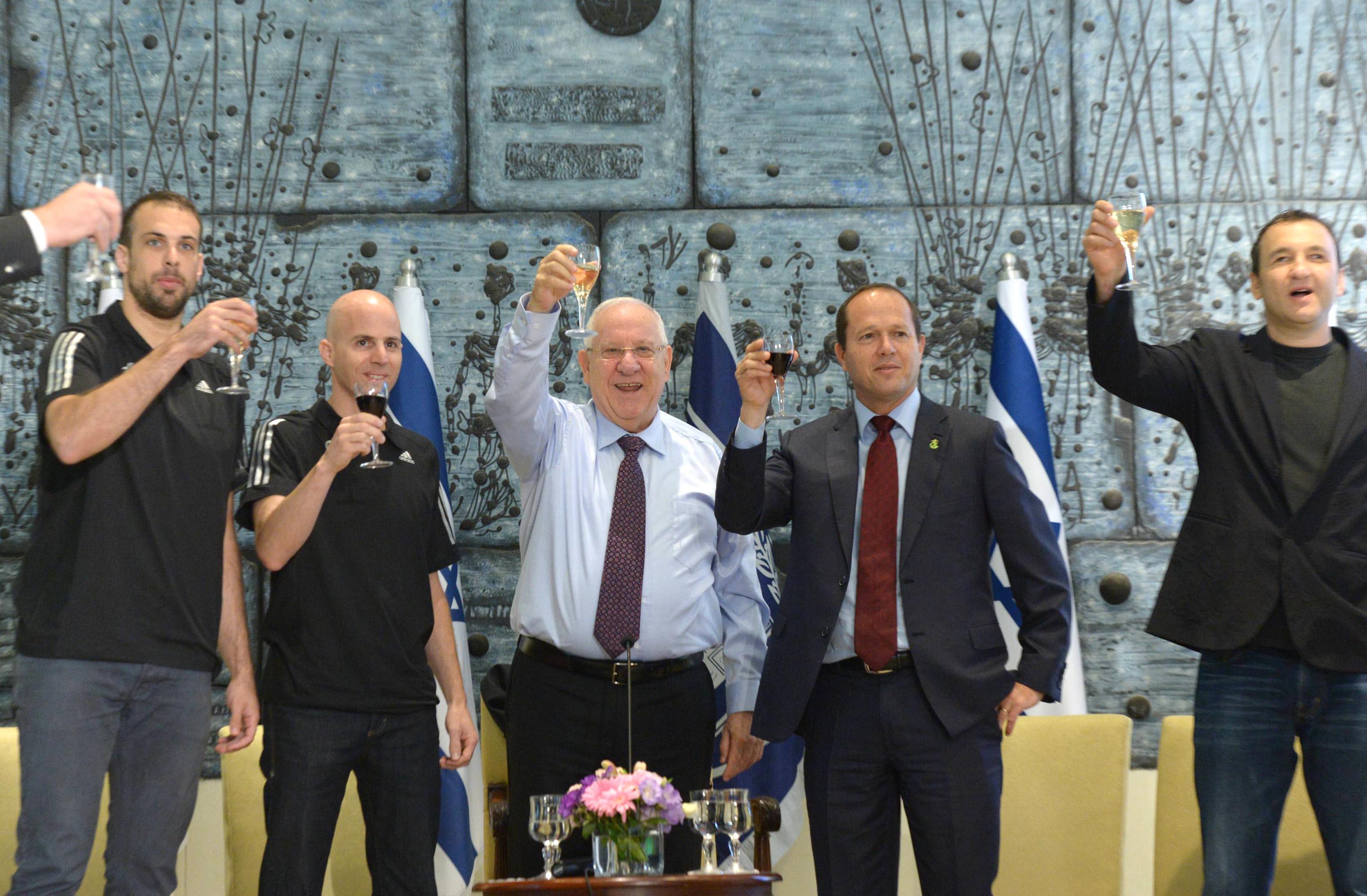 הנשיא ראובן ריבלין מברך את הפועל ירושלים