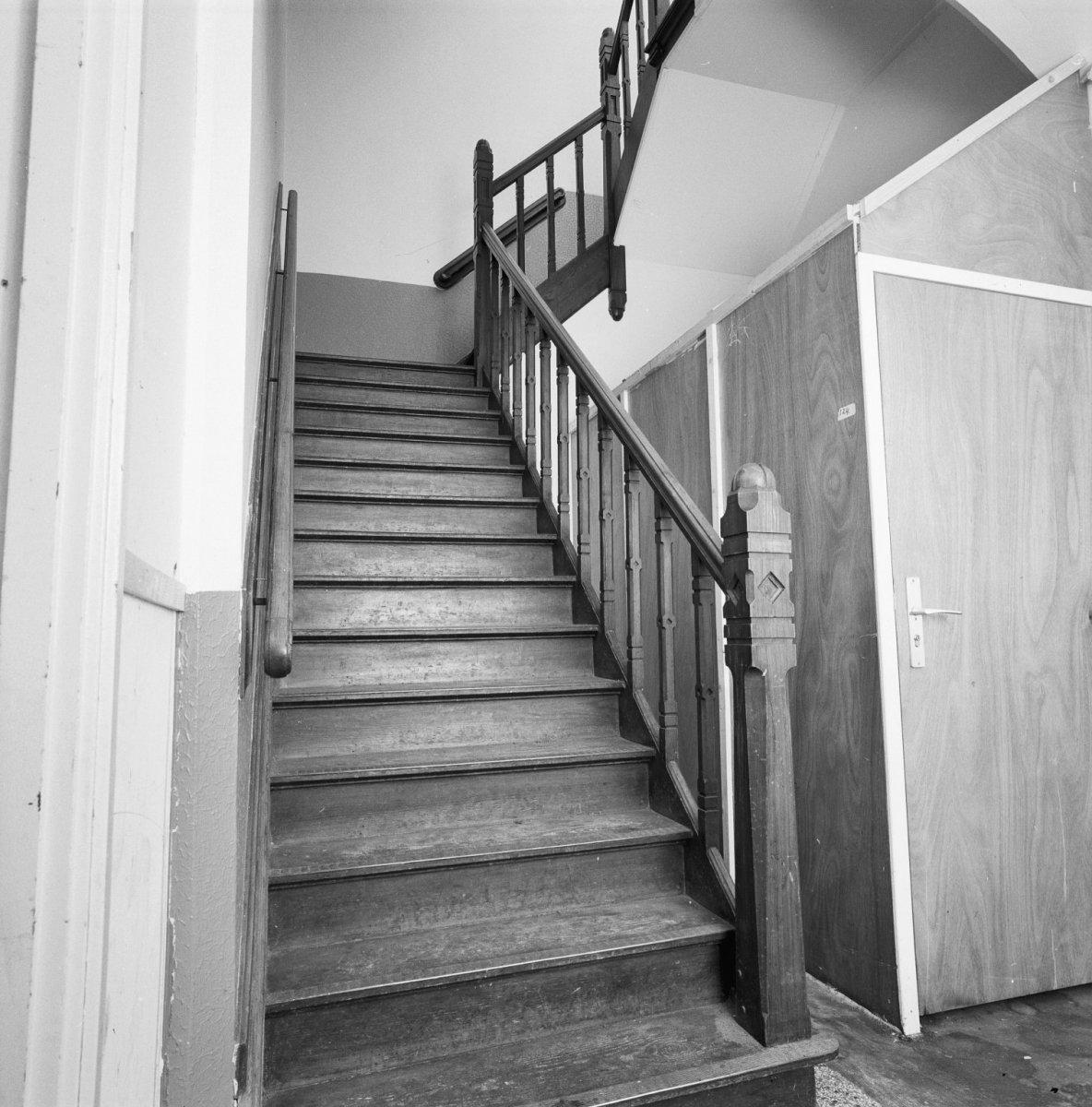 File:Interieur, linker vleugel, houten trap - 20000088 - RCE.jpg ...