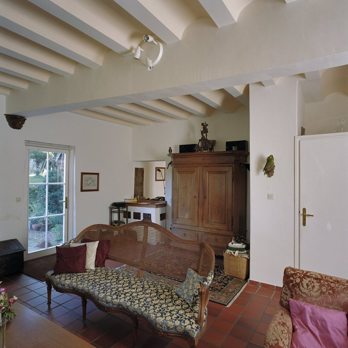 file interieur overzicht woonkamer met balken plafond schinnen 20356031