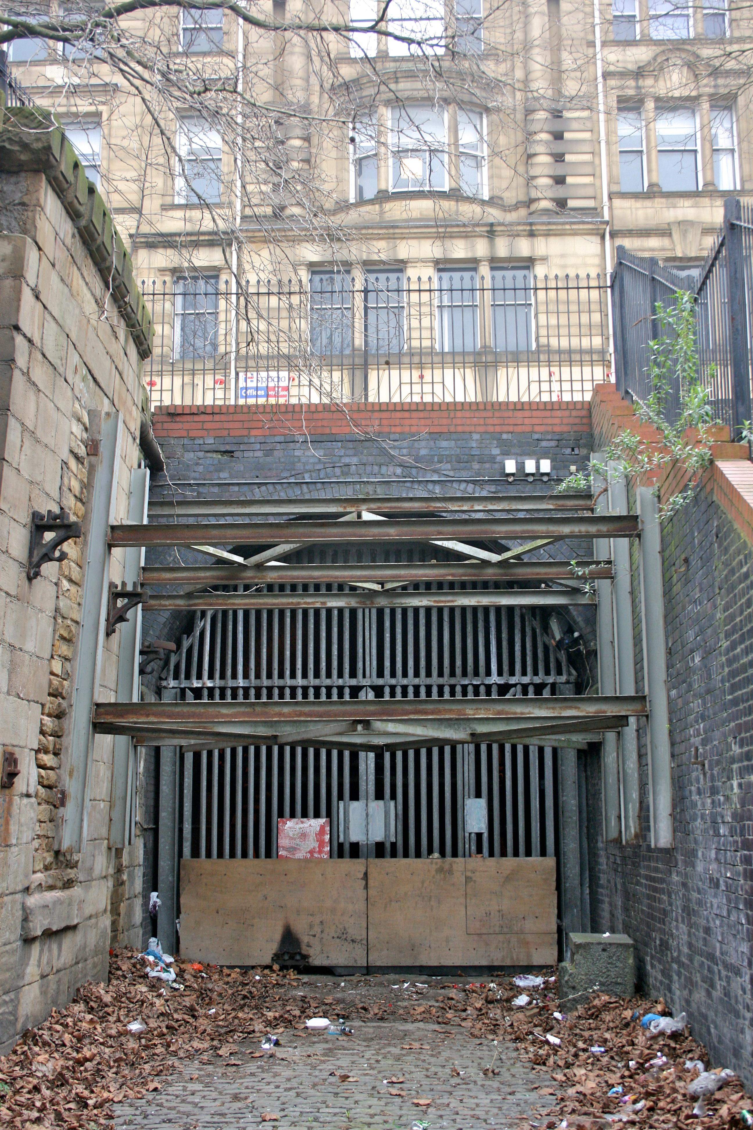 File:Manchester Victoria Station underground approach 1.jpg ...
