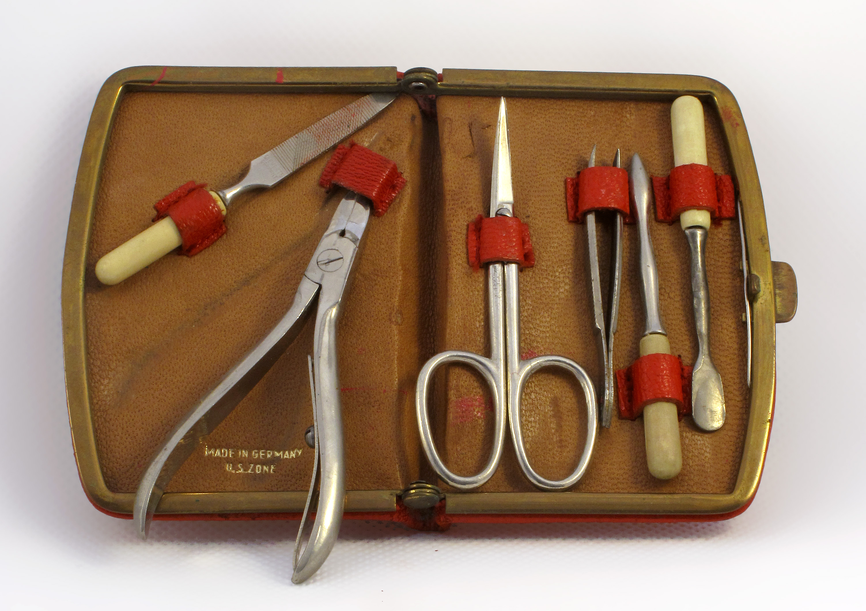 Description manicure kit late 1940s