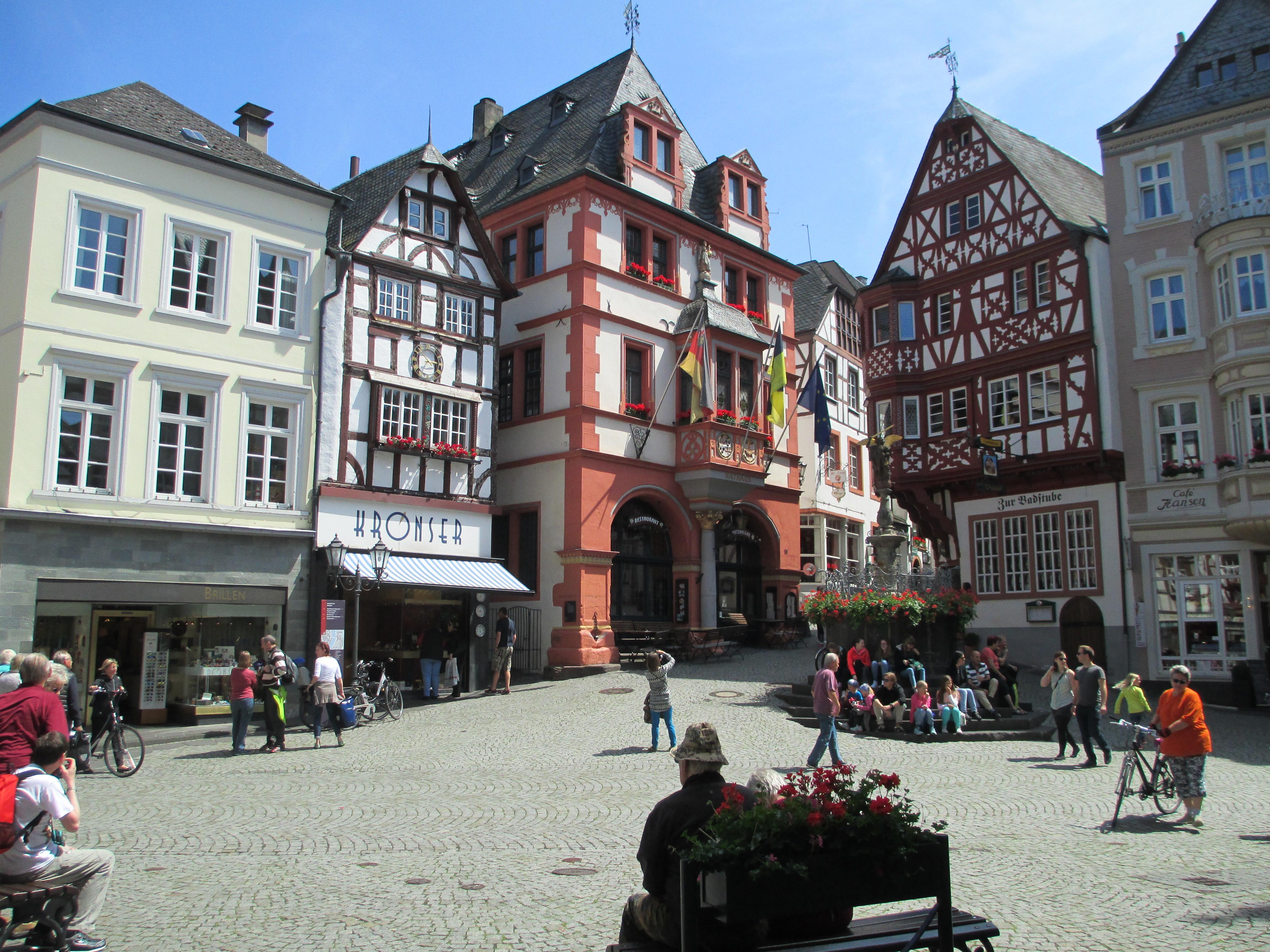 File Marktplatz in Bernkastel Kues JPG   Wikimedia Commons