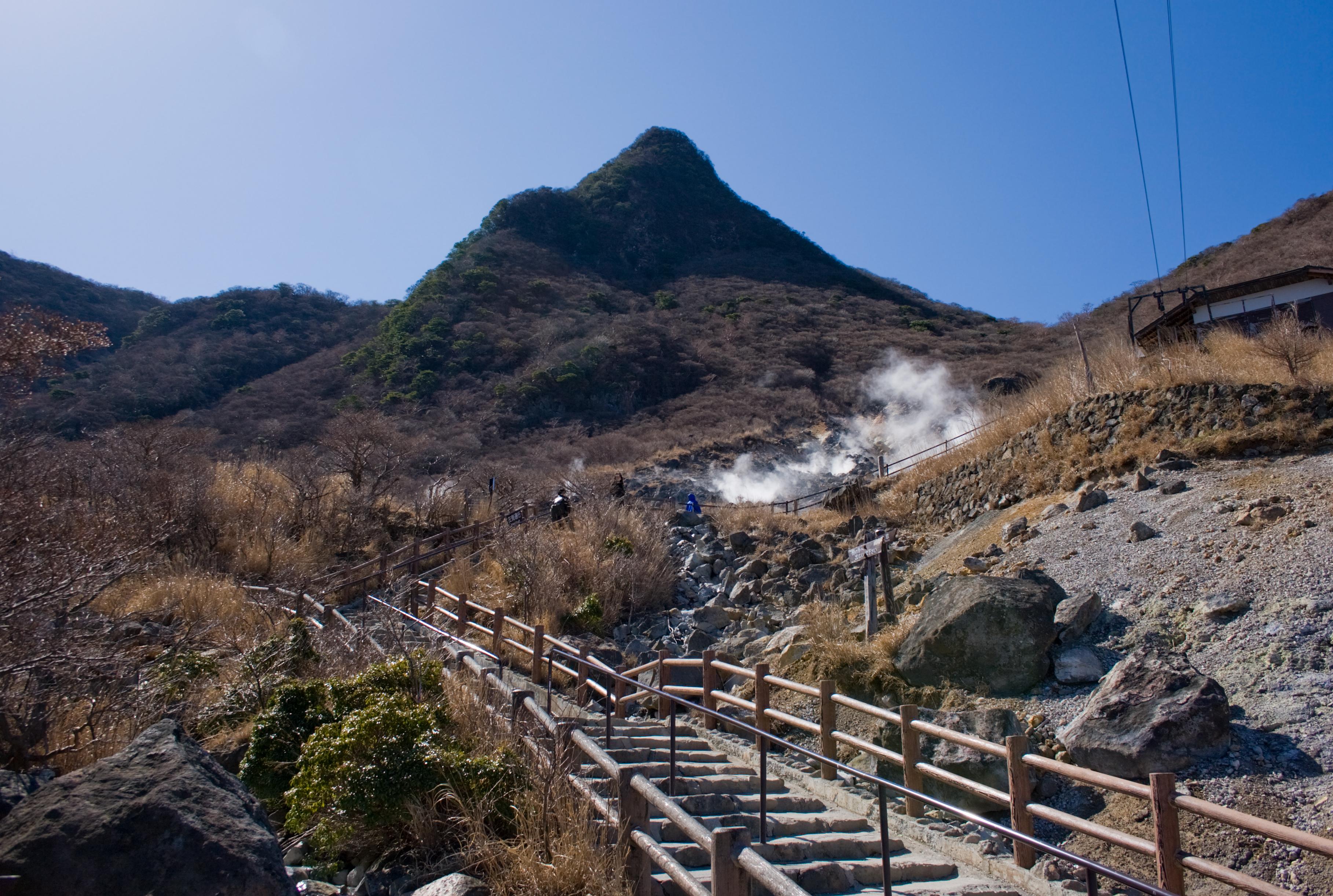 File:Mt.Kanmurigatake from Owakudani 02.jpg - Wikimedia Commons