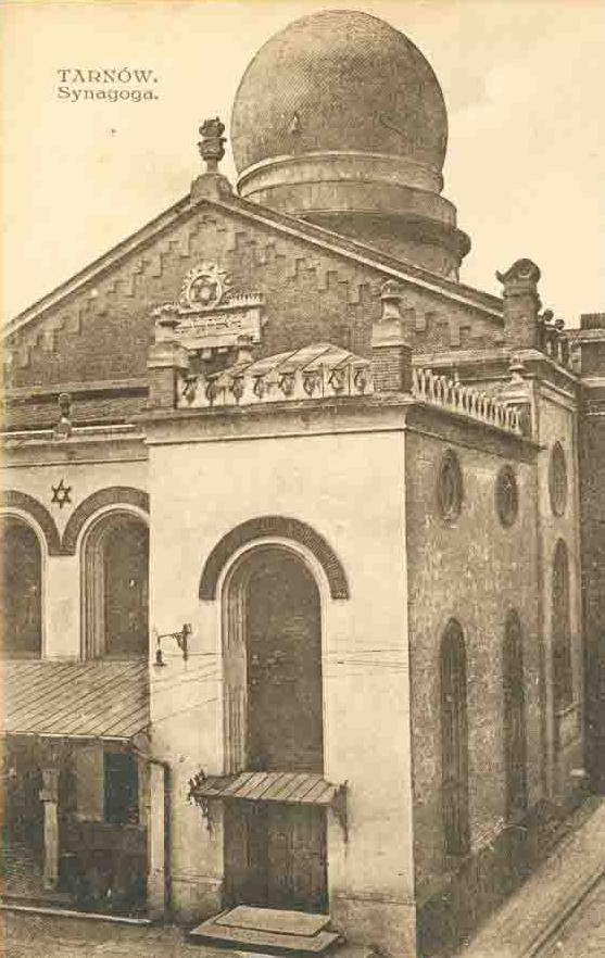 https://upload.wikimedia.org/wikipedia/commons/3/3f/Nowa_Synagoga_Tarn%C3%B3w_02.jpg