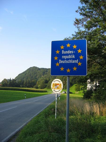 Das Schengener Abkommen garantiert offene Grenzen zu allen Nachbarstaaten.