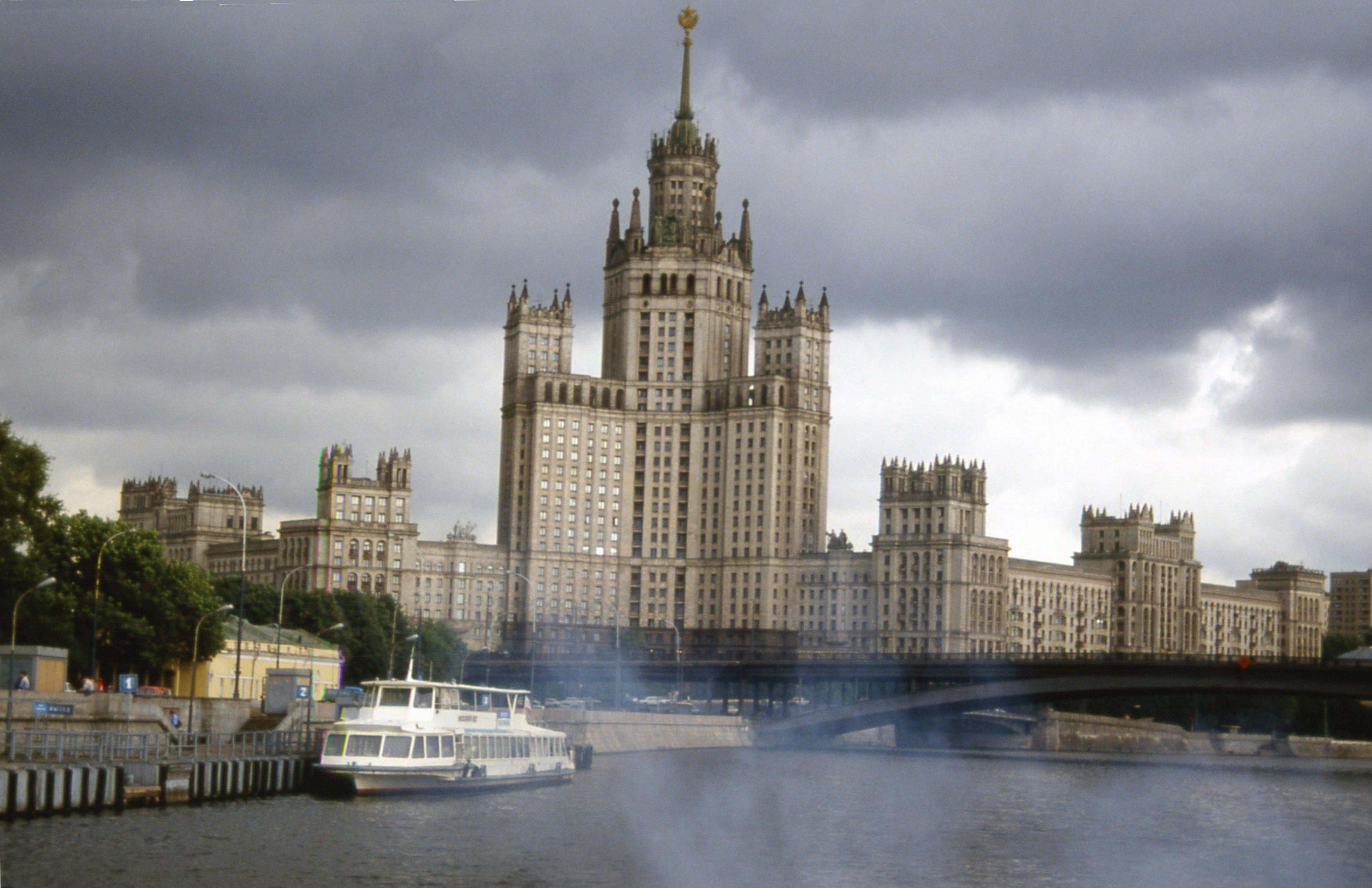 Registry of National Heritage Sites Skyscraper_on_the_Kotelnicheskaya_Naberezhnaya,_Moscow,_August_1992