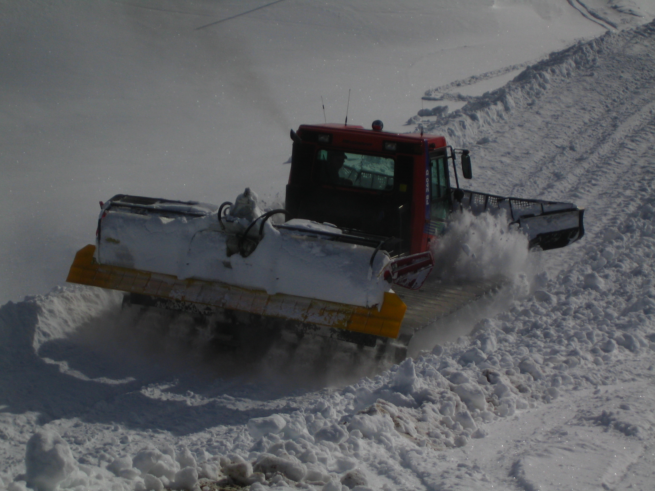 File:Snowcat Pistenbully JPG - Wikimedia Commons