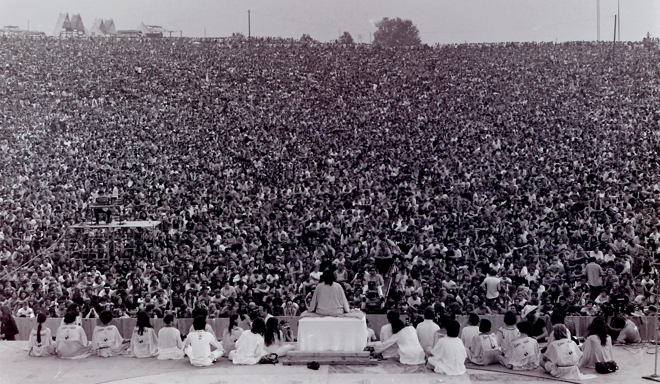 Cérémonie d'ouverture de Woodstock, le 15 août 1969, photo par Mark Goff [Public domain], via Wikimedia Commons