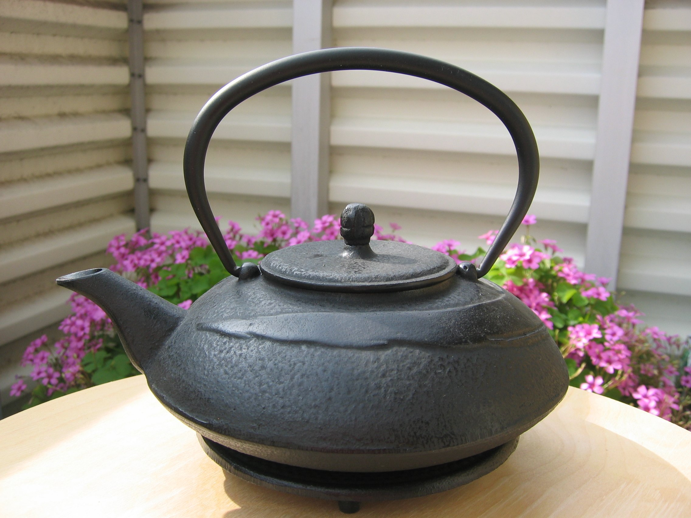 Japanese cast-iron teapot - Wikimedia Commons