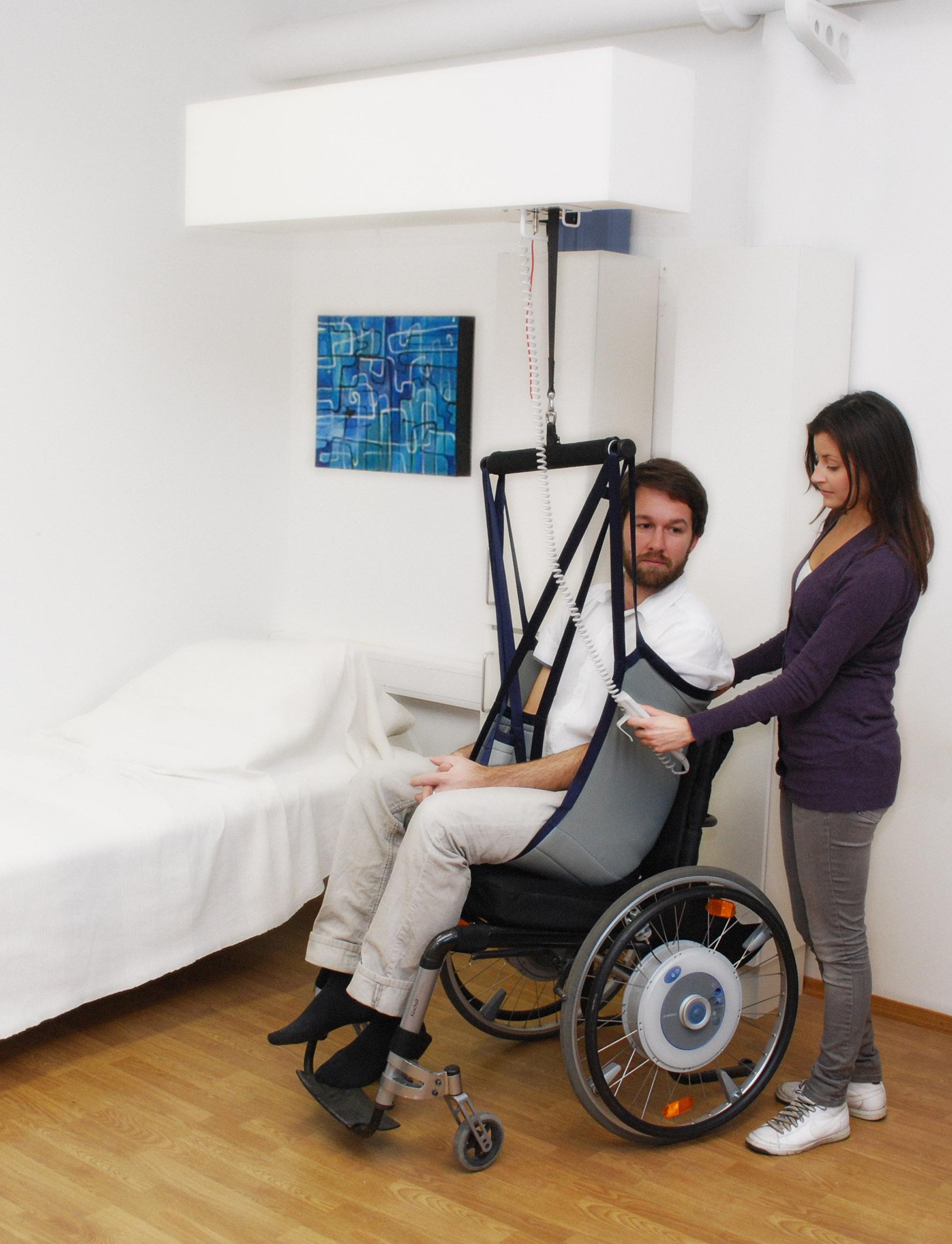 Hombre en silla de ruedas ayudado por una mujer