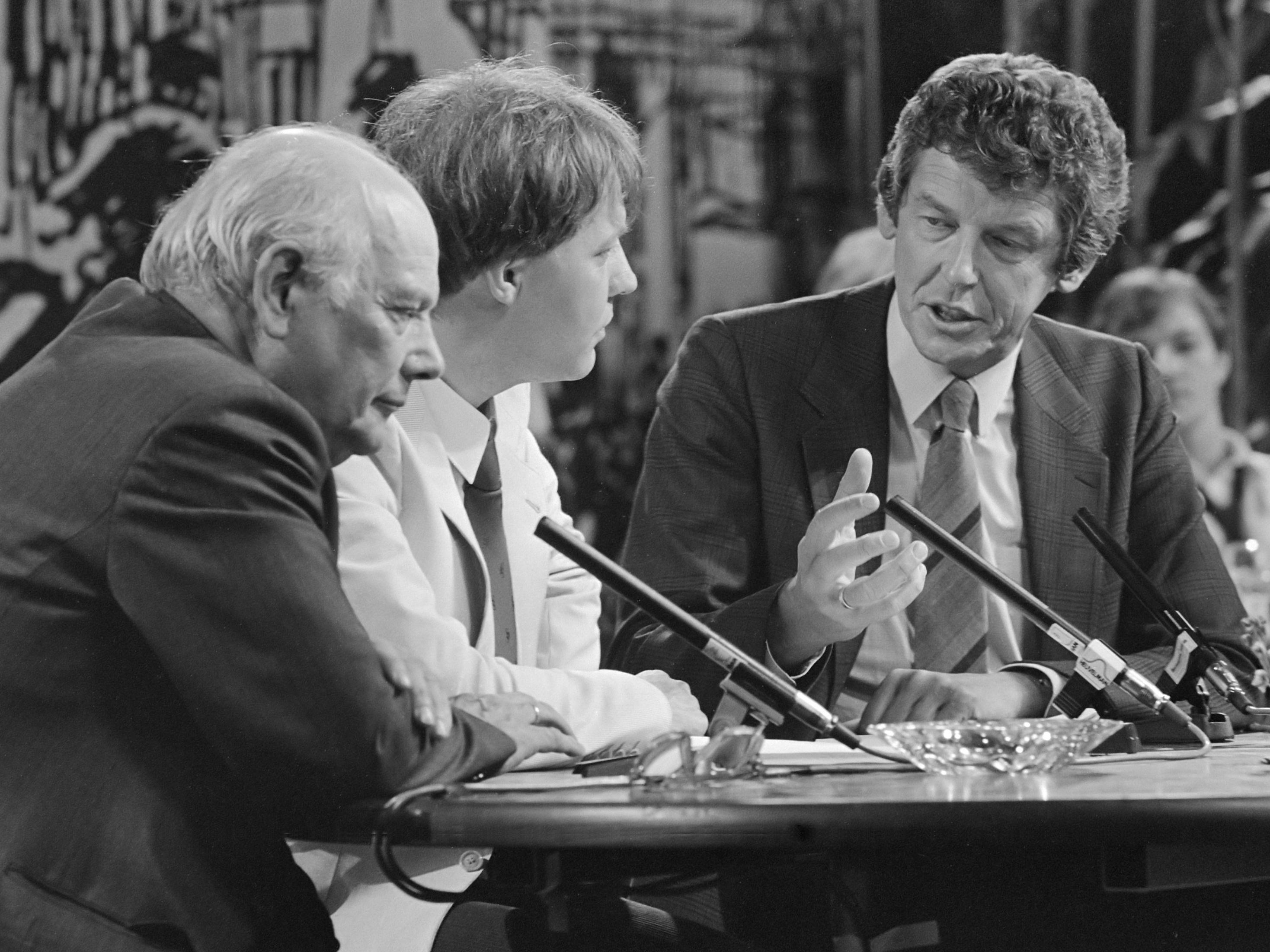 Citaten Joop Den Uyl : File wim kok debating with joop den uyl g wikimedia