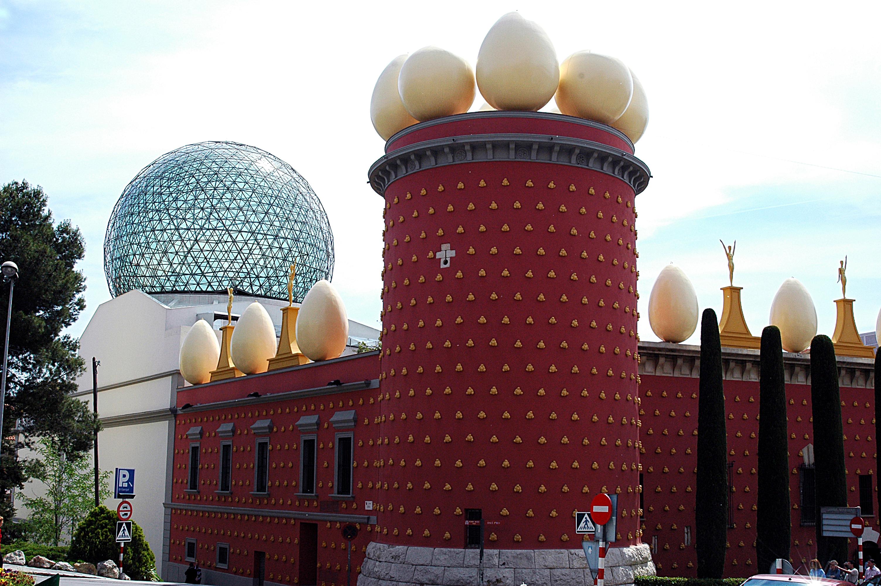 https://upload.wikimedia.org/wikipedia/commons/4/40/117_Figueres,_torre_Galatea_i_c%C3%BApula_del_Museu_Dal%C3%AD.JPG