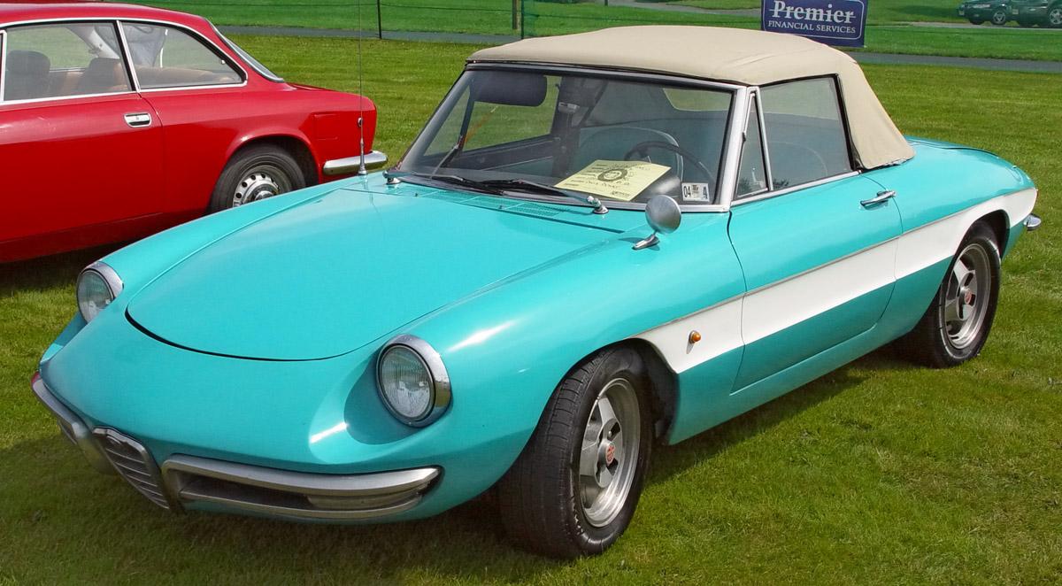 File:1967-Alfa-Romeo-Duetto-Aqua-White-Front-Angle-st.jpg - Wikimedia Commons