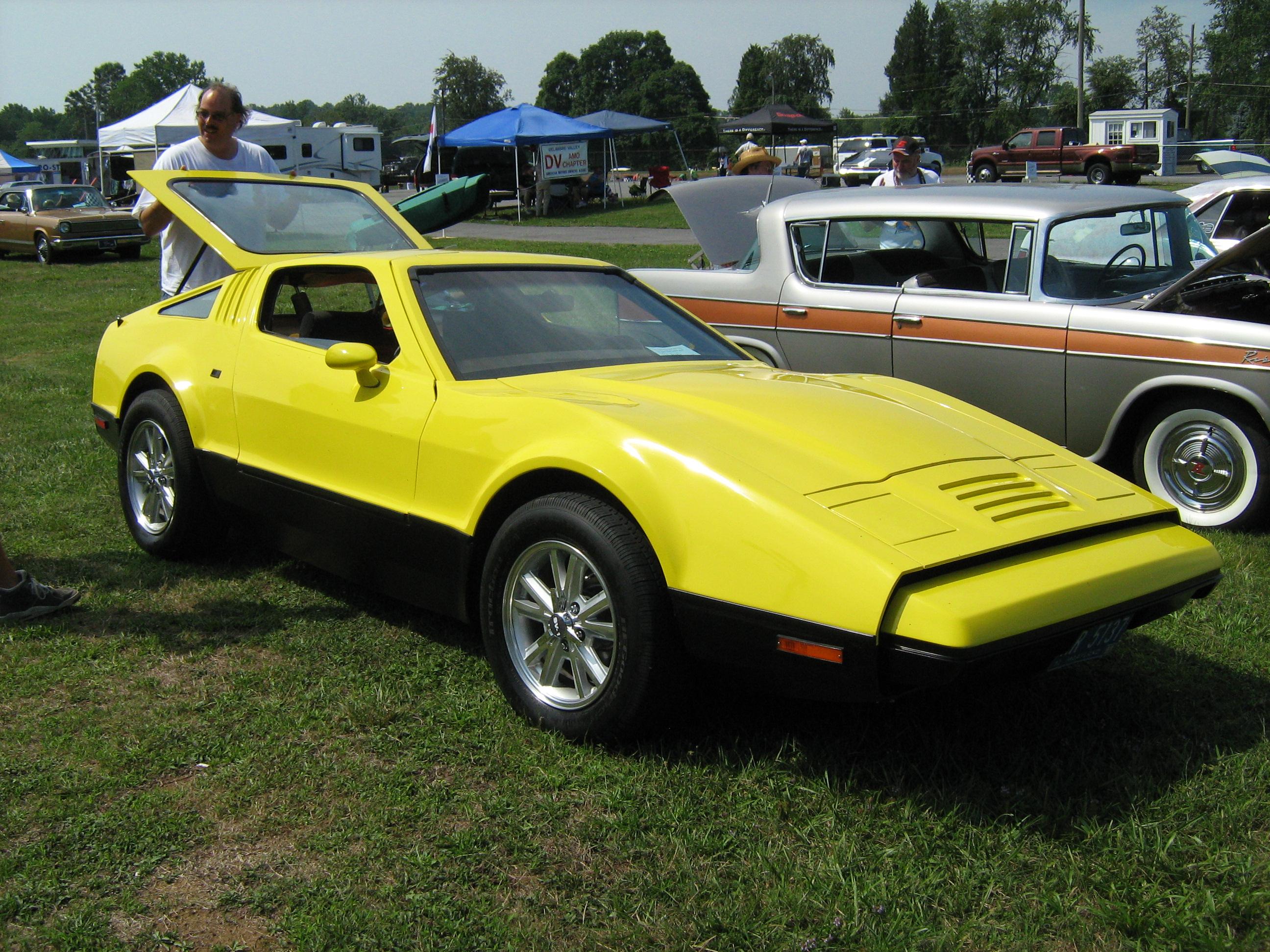 Archivo:1974_Bricklin_yellow_sd Cecil'10on 1974 Bricklin Sv 1