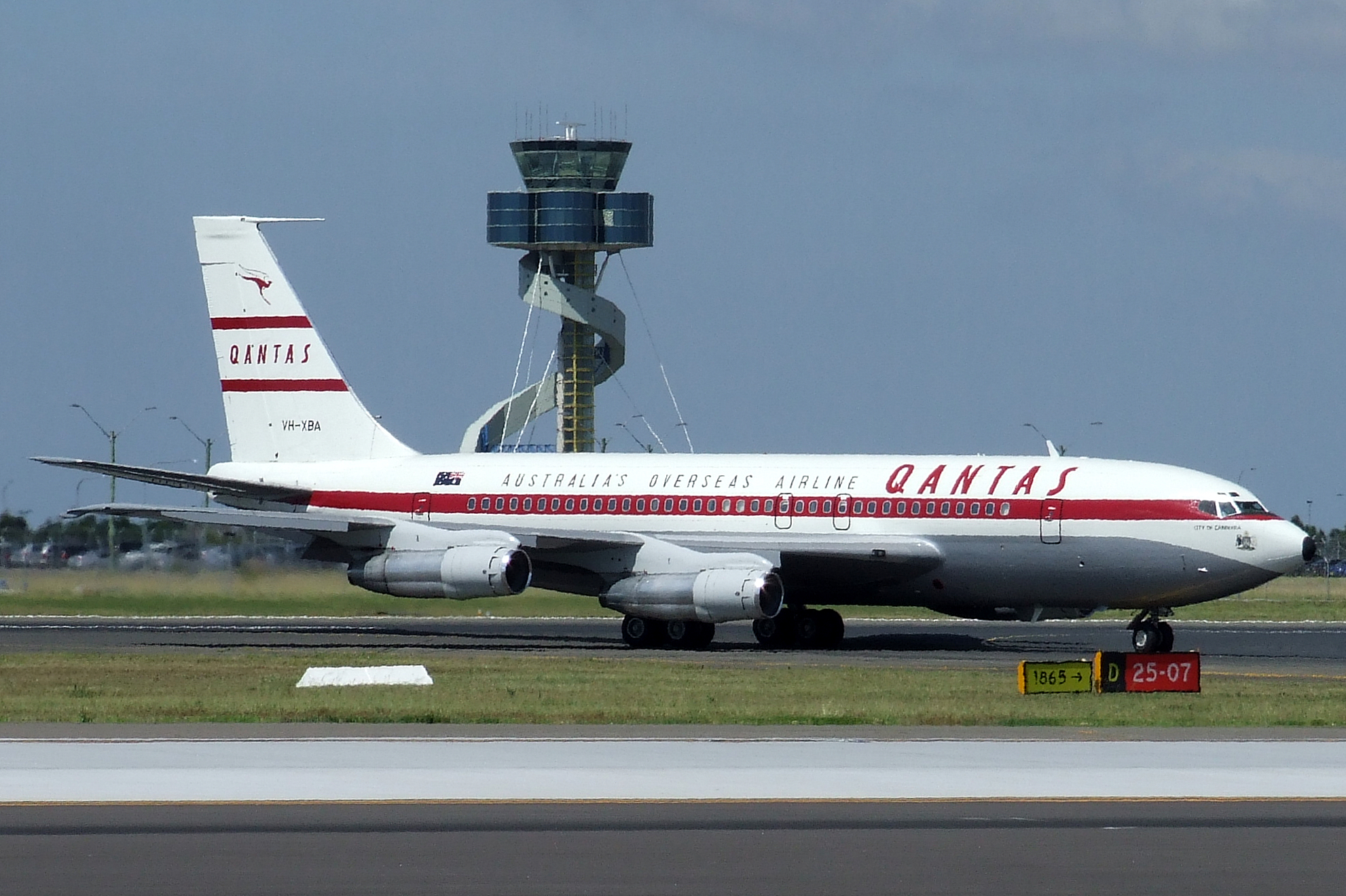 Boeing_707_Qantas_%28VH-XBA%29.jpg