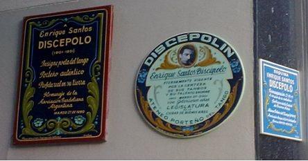 """Placas en la """"esquina de Discépolo"""", (Avenida Corrientes al 900 y calle Enrique Santos Discépolo, conmemorándolo."""