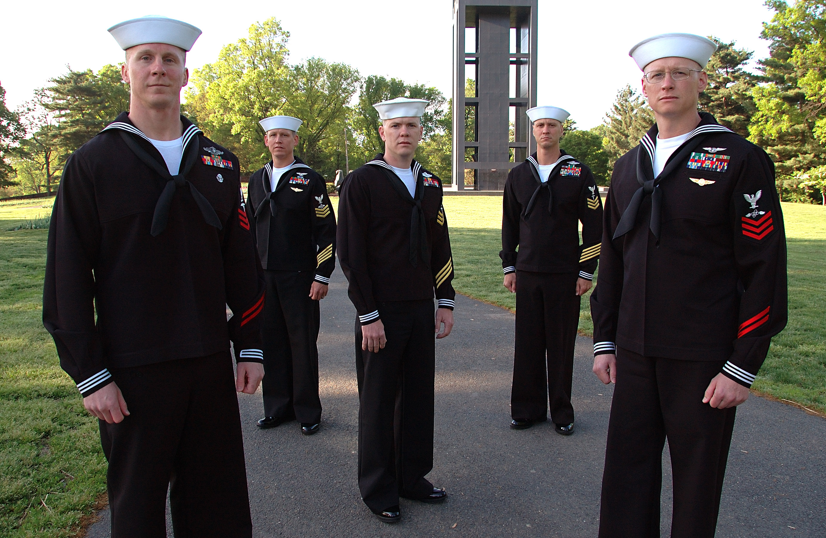Description Five US Navy petty officers in uniform.jpg