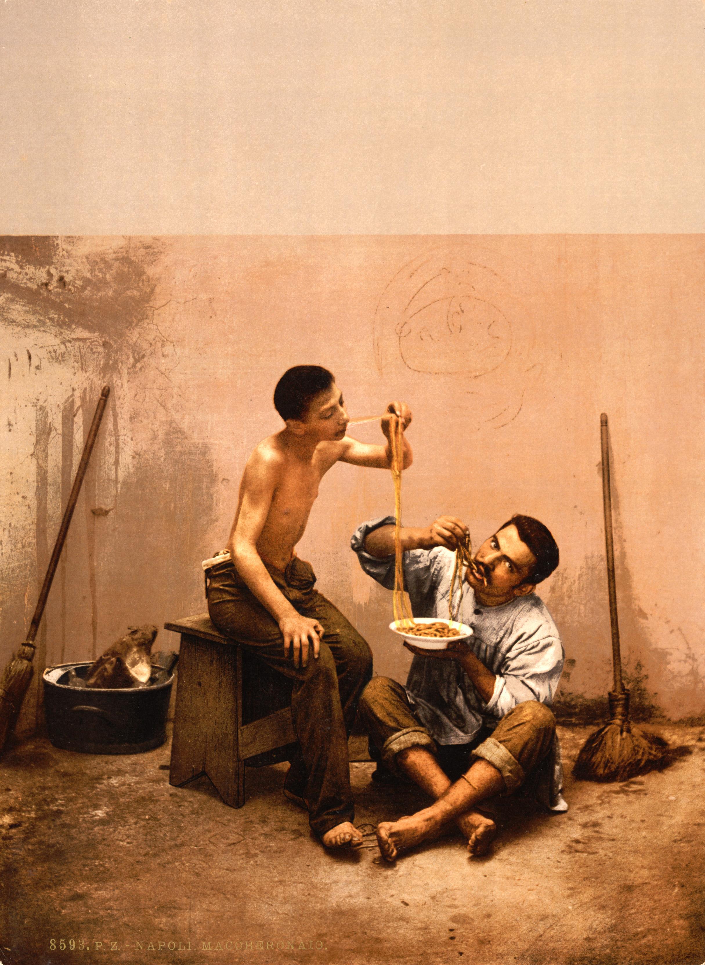 ... - …trialsanderrors - Macaroni eaters, Napoli, Italy, ca. 1895.jpg